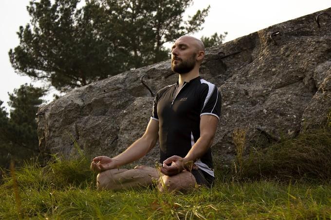 マインドフルネス瞑想をしている人