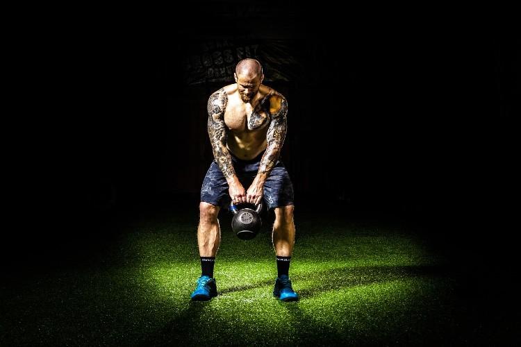 筋トレの効果を高めるために大きな筋力を発揮している人